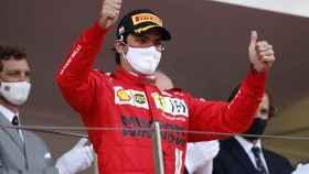 Carlos Sainz celebra el segundo puesto en el GP de Mónaco