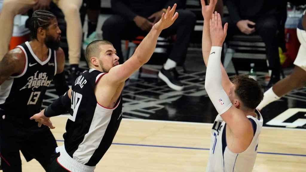 Luka Doncic lanzando por encima de Ivica Zubac en los playoffs de la NBA