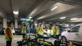 Los sanitarios del Samur, tras atender al adolescente fallecido en la Plaza de Santa Ana de Madrid. Foto: Emergencias Madrid