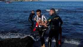 La Guardia Civil socorre a inmigrantes marroquíes en El Tarjal.