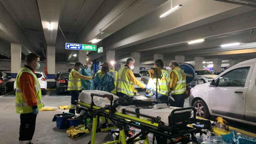 Los sanitarios del Samur, tras atender al adolescente fallecido en la Plaza de Santa Ana de Madrid.