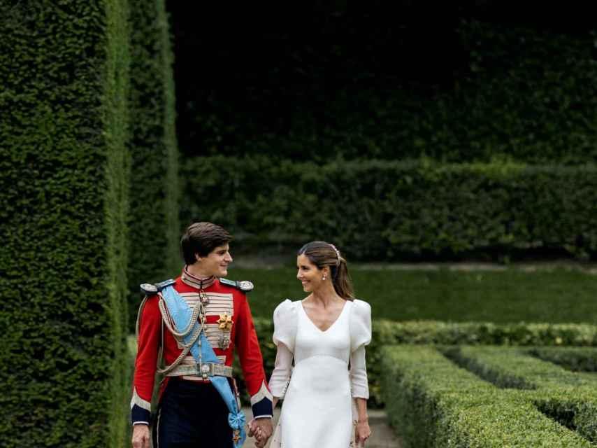 Los recién casados, paseando por los majestuosos jardines del Palacio de Liria.
