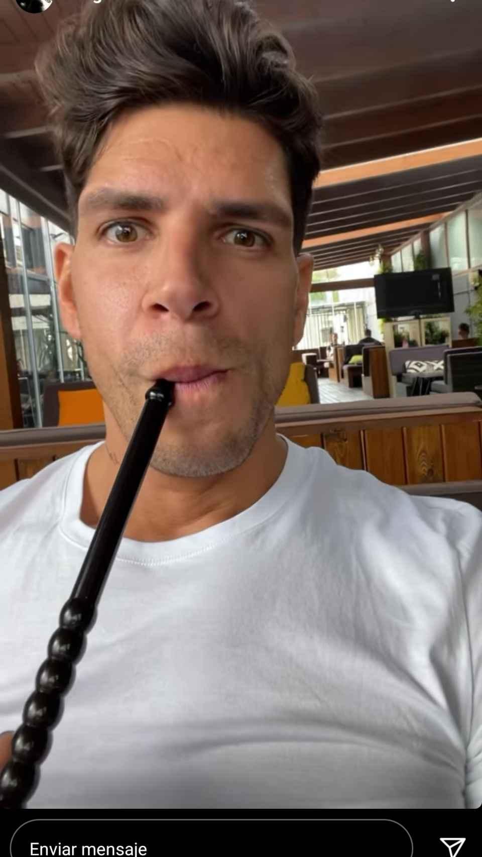 Diego Matamoros, fumando cachimba.