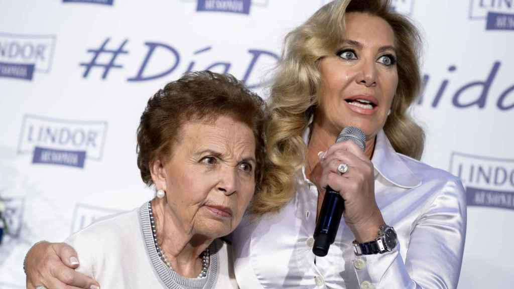 Norma Duval junto a su madre en un acto público en 2016.