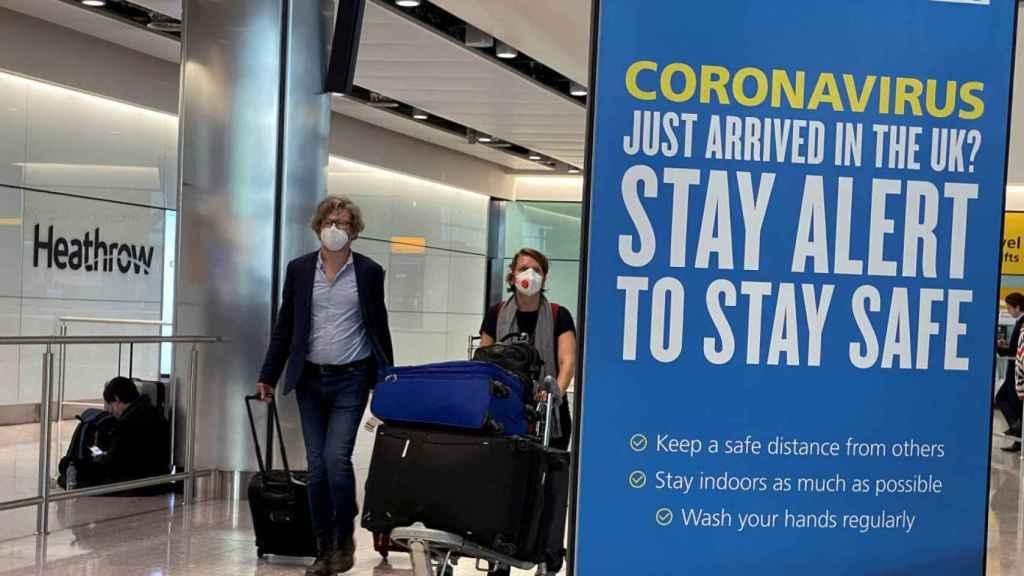 Varios viajeros en el aeropuerto de Heathrow, en Londres. Efe
