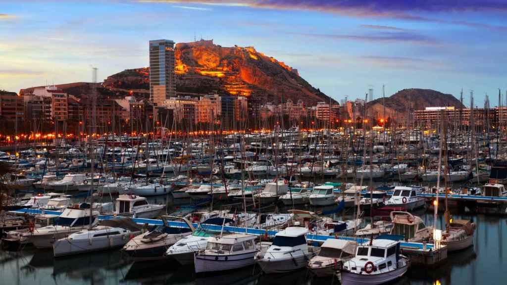 Puerto de Alicante, con el castillo al fondo.
