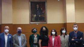 El retrato de Rafael Altamira preside la foto de familia por los cursos de verano con las autoridades de la Universidad de Alicante.