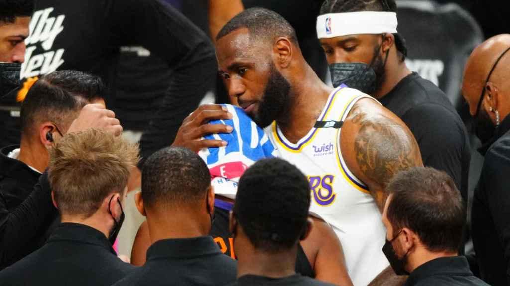 LeBron James durante un partido contra los Phoenix Suns en los playoffs de la NBA 2021