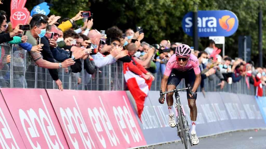 Egan Bernal entrando en meta en una etapa del Giro de Italia 2021
