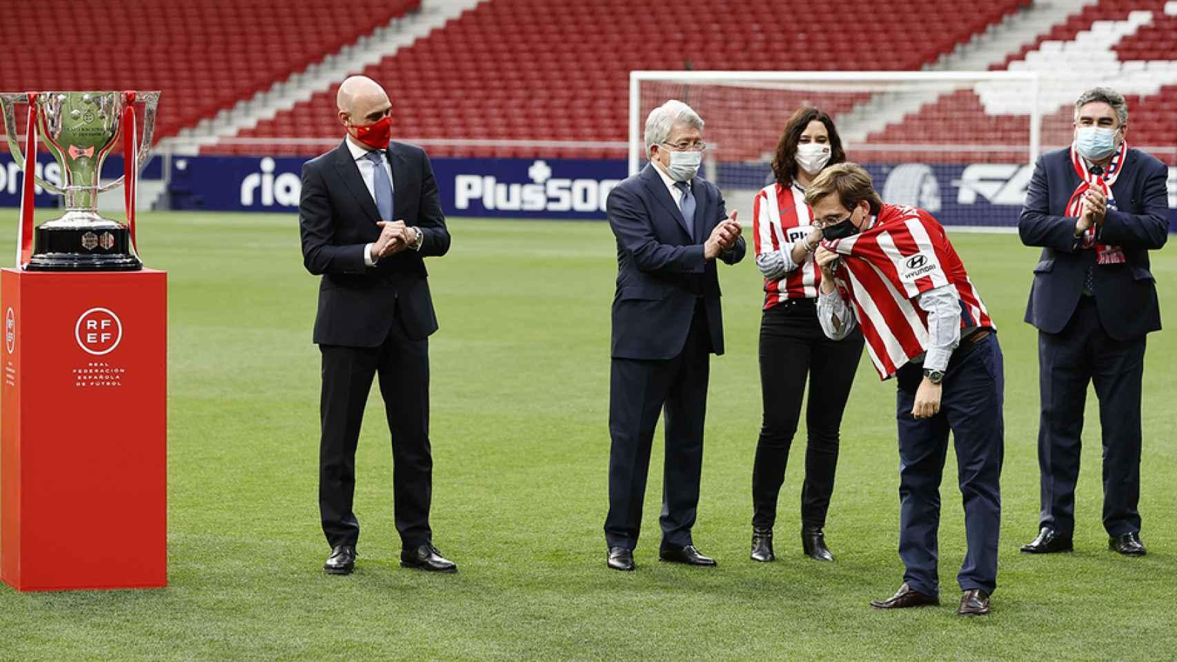 Almeida se besa el escudo del Atlético frente a la mirada de Rubiales, presidente de la RFEF, Enrique Cerezo, Isabel Díaz Ayuso y el ministro Rodríguez Uribes
