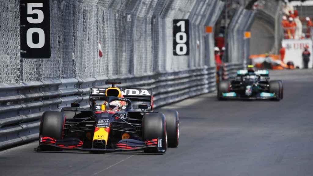 Verstappen rodando por delante de Bottas en Mónaco