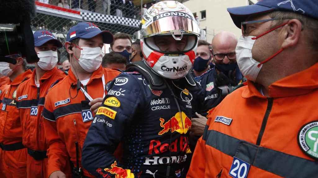 Verstappen felicitado por los mecánicos de Red Bull tras su victoria en Mónaco