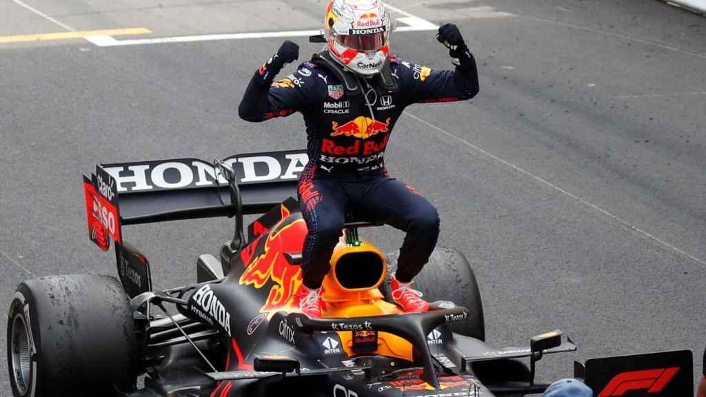 Verstappen celebra la victoria en Mónaco sobre su Red Bull RB16B