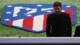 El 'Cholo' Simeone, con el escudo del Atlético de Madrid detrás suyo