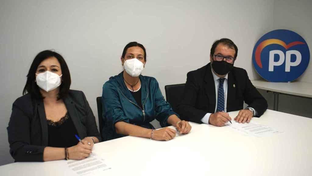 La secretaria general del PP andaluz, Loles López, junto a Virginia Pérez y Juan Ávila.