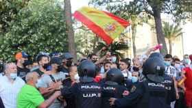 La Policía controla a un grupo de manifestantes con motivo de la presencia del presidente de Vox, Santiago Abascal, en Ceuta.