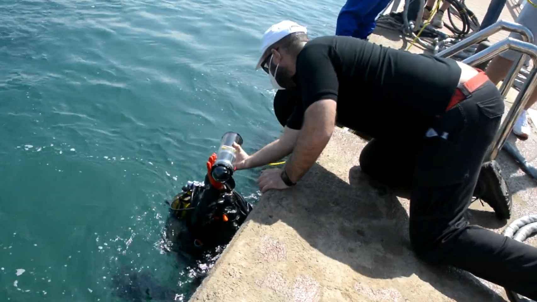 Instalación de sensores en el puerto del Espalmador.