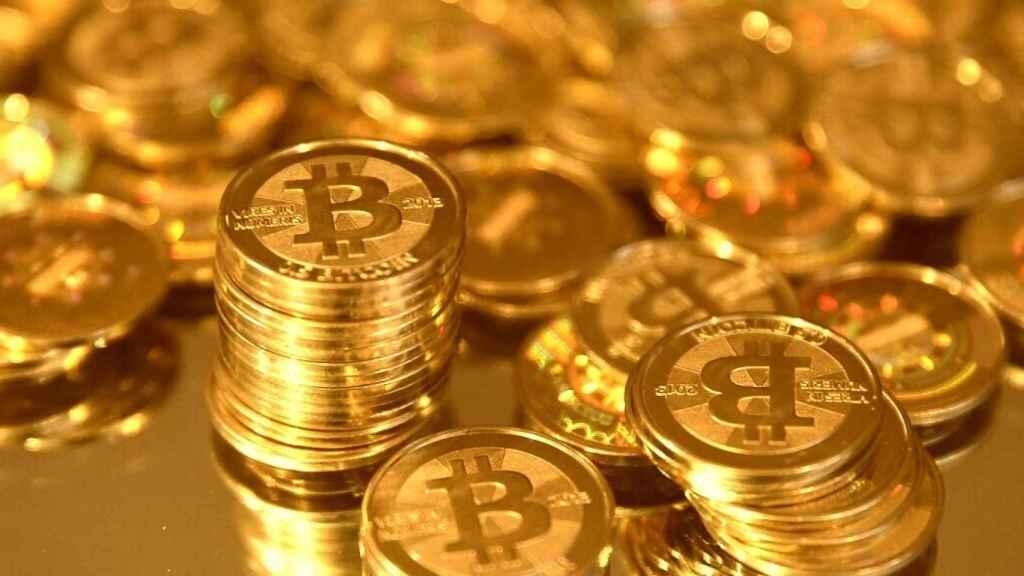 Monedas físicas con el símbolo del bitcoin.