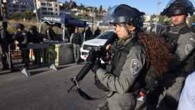 Policías israelíes controlan el paso de palestinos al barrio de Sheikh Jarrah de Jerusalén. AFP