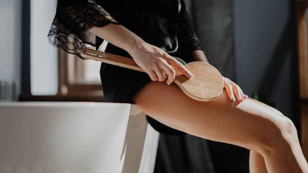 El 'brushing' favorece el flujo sanguíneo y mejora la circulación, reduciendo su aparición.