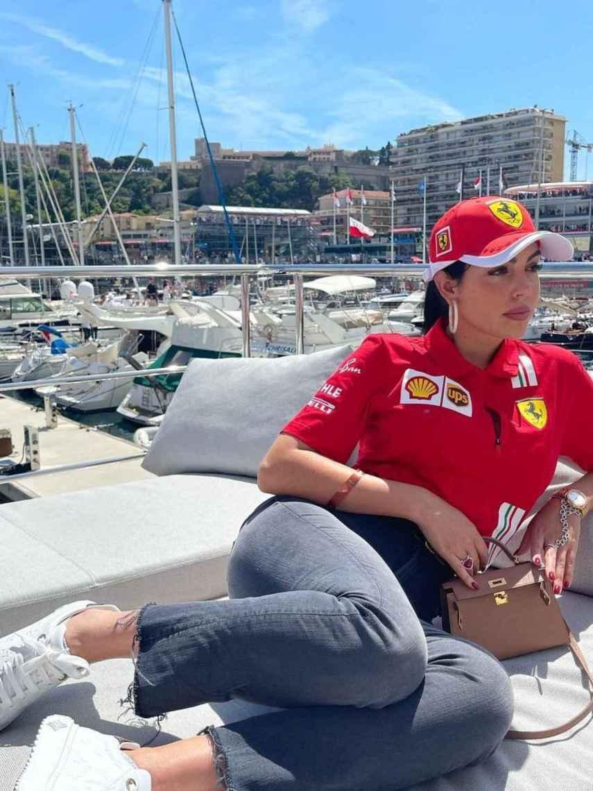Georgina con un exclusivo estilo de la Scuderia Ferrari y costosas joyas, en Mónaco.