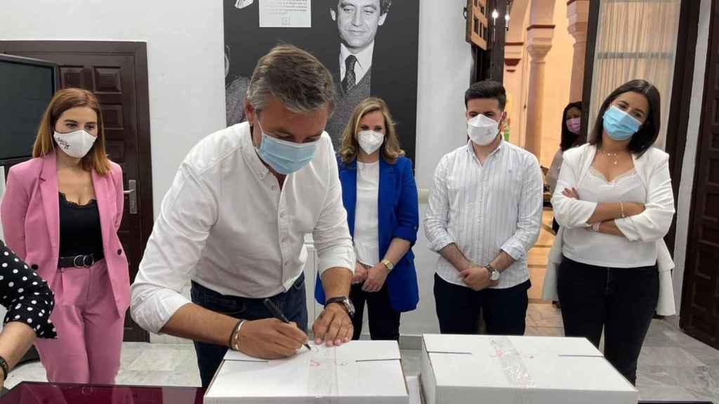 Antonio Valverde, alcalde de Salteras (Sevilla), entregando los avales de Susana Díaz