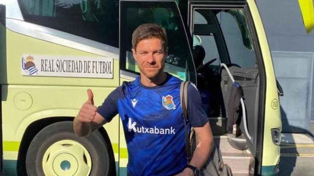 Xabi Alonso, bajando del autobús del filial de la Real Sociedad