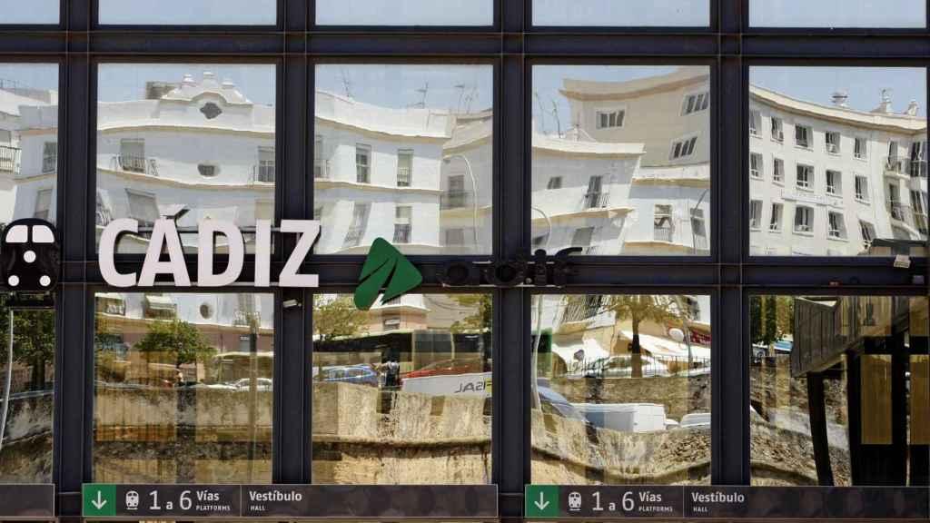 Fachada de la estación de Adif de Cádiz.
