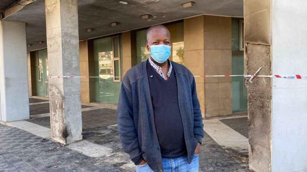Jimy, un senegalés afincando en Sevilla en el lugar donde tenía su puesto que ha sido quemado.