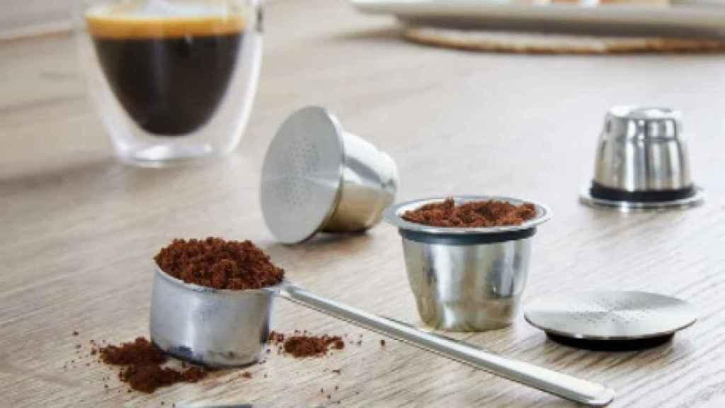 La cápsula de café reutilizable junto a sus accesorios.