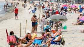 Turistas en la playa de Levante de Benidorm.