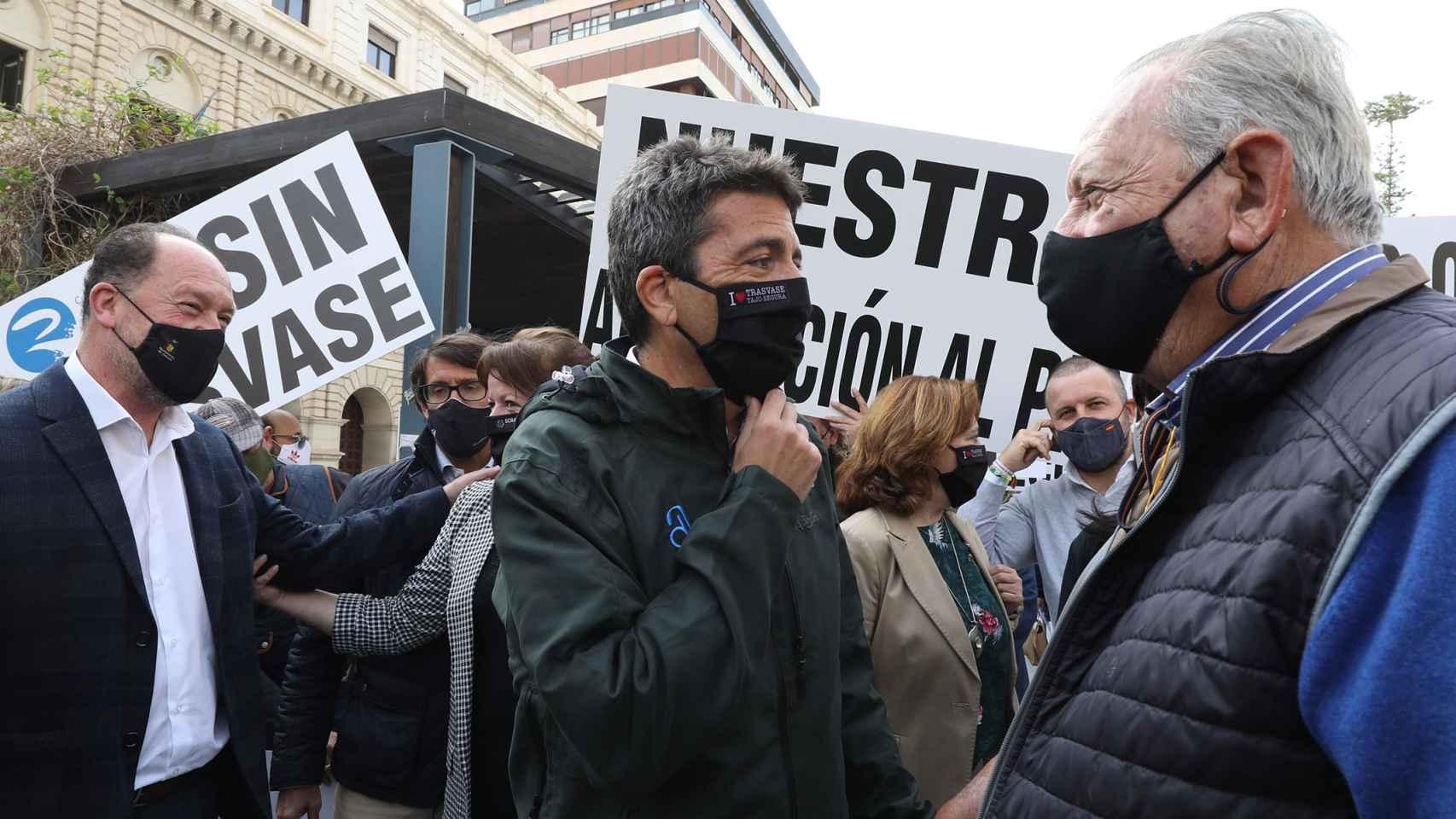 El presidente de la Diputación de Alicante, Carlos Mazón, protesta contra los recortes del trasvase.