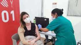 Una mujer es vacunada contra la Covid en la Comunidad Valenciana el pasado 26 de marzo.