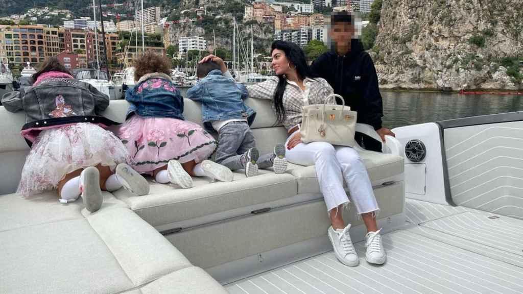 Georgina con un 'look' de 12.240 euros, durante un paseo en yate en Mónaco.