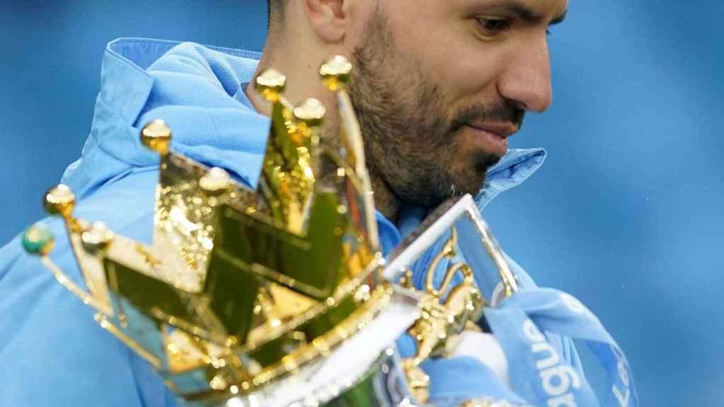 Kun Agüero con el título de la Premier League