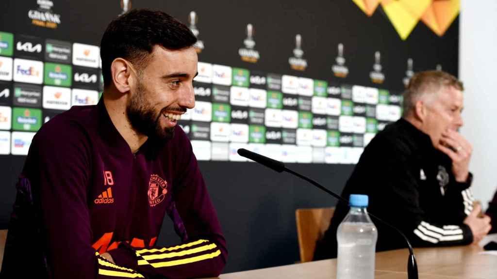 Bruno Fernandes y Solskjaer, en rueda de prensa de la Europa League