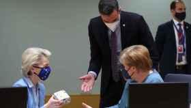 Pedro Sánchez le ha regalado este martes a Ursula von der Leyen unos patucos para su primer nieto