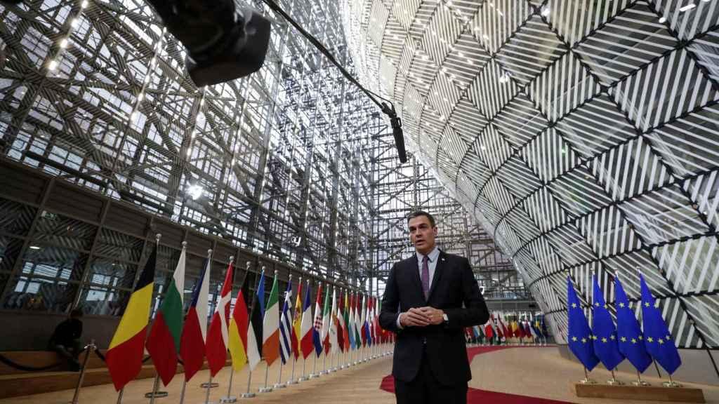 Pedro Sánchez hace declaraciones a su llegada este lunes a la cumbre de Bruselas