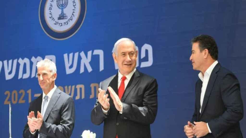 David Barnea (i), junto al primer ministro, Benjamin Netanyahu (d) en un acto con agentes del Mossad.