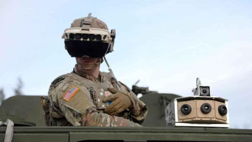 Soldado con gafas de realidad aumentada.
