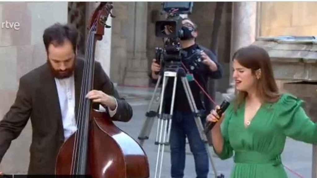 El dúo que ha interpretado esta nueva versión del himno catalán.