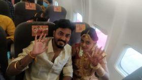 La pareja durante la boda en el avión.