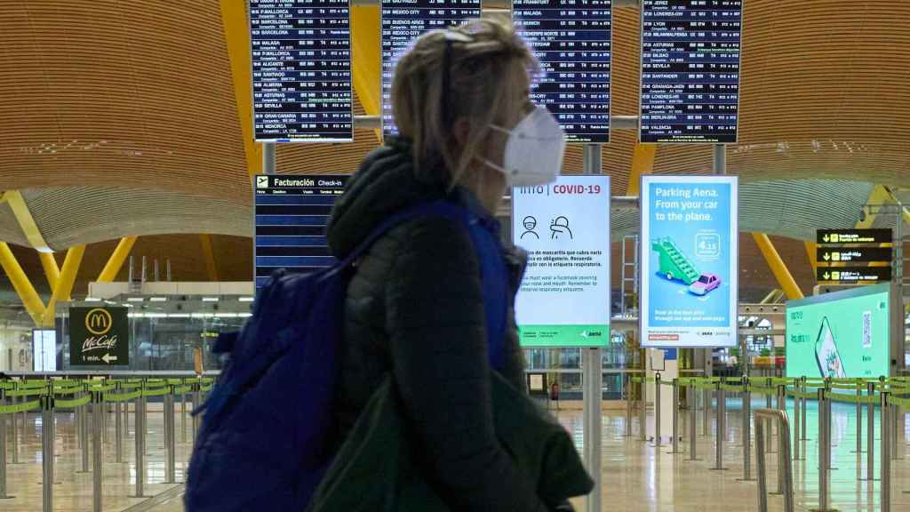 Una mujer en la T4 del aeropuerto de Adolfo Suárez Madrid-Barajas.