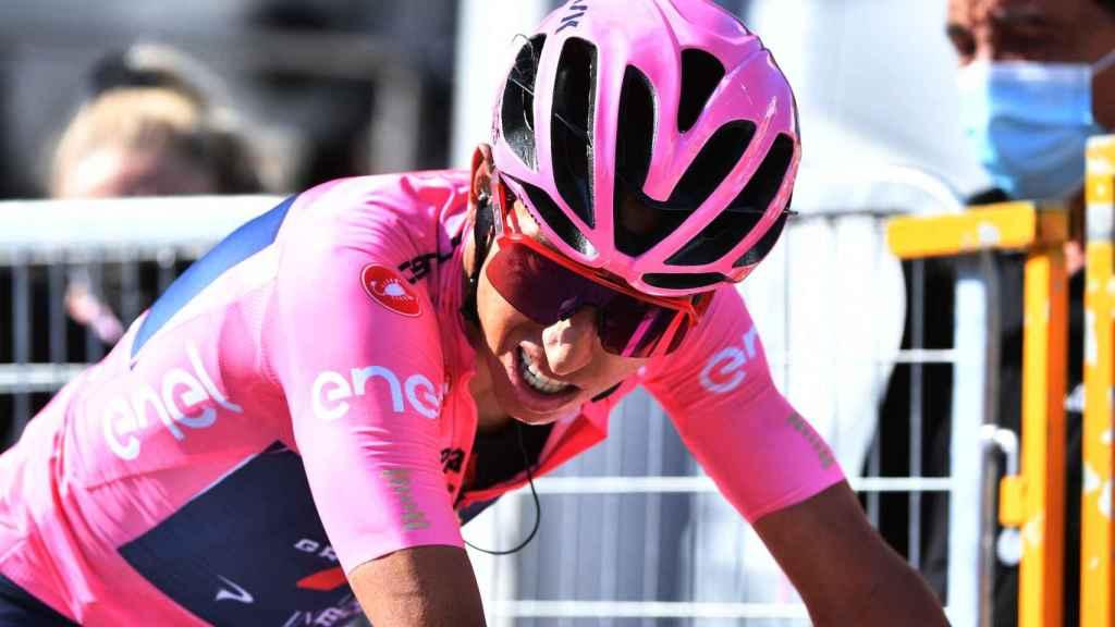Egan Bernal, sufriendo en Sega di Ala en el Giro de Italia 2021