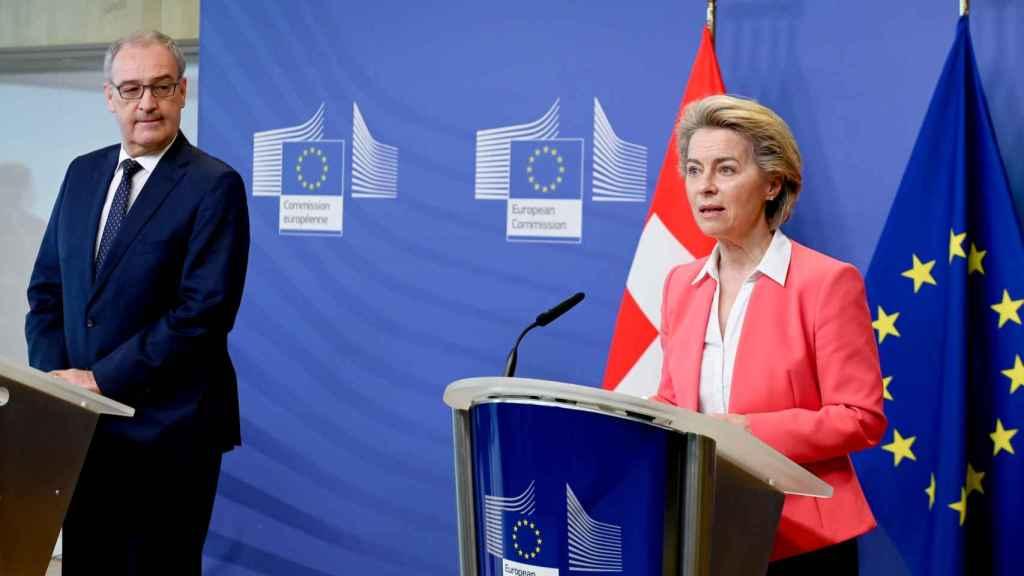 El presidente de la Confederación Suiza, Guy Parmelin, y Ursula Von der Leyen, durante su reunión en Bruselas el 23 de abril