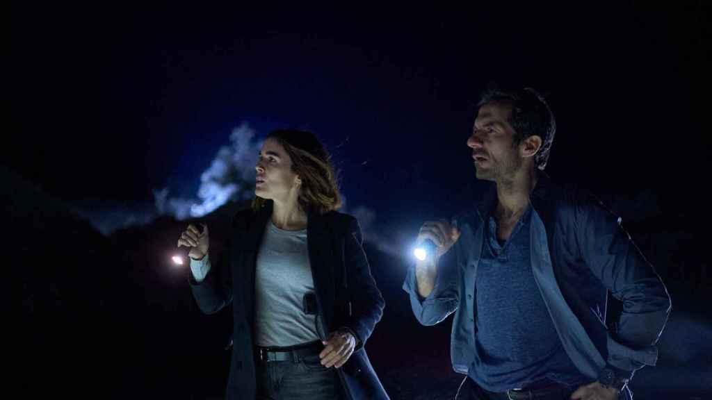 Javier Albalá y Adriana Ugarte son dos detectives con una relación tensa y conflictiva.