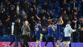 El Chelsea celebra con sus aficionados en Stamford Bridge