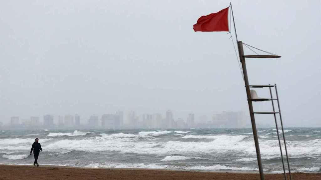 Playa vacía en la costa valenciana.