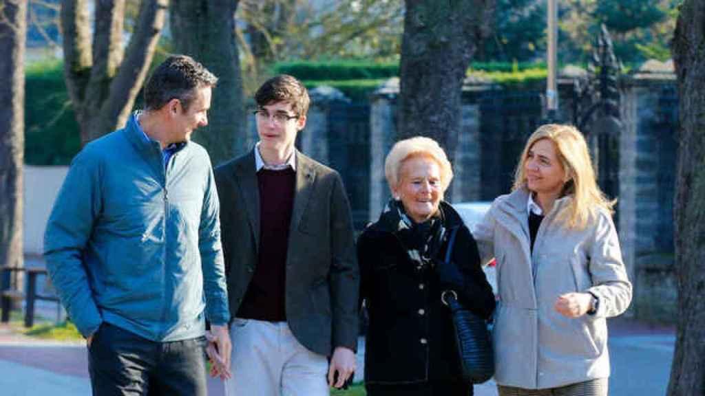 Pablo Urdangarin, junto a sus padres y abuela en Vitoria.