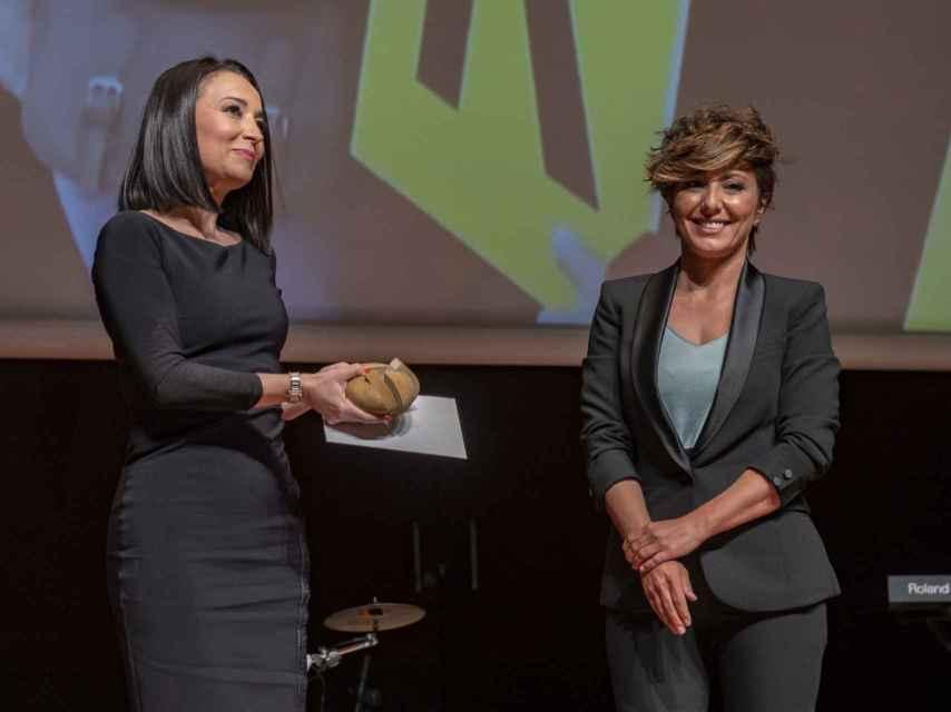 Sonsoles Ónega ha entregado el premio, en categoría de Libertad de Expresión, a Cruz Sánchez de Lara.